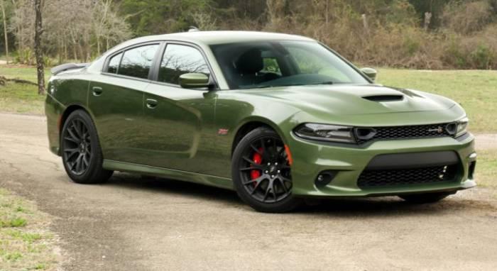 سيارة لون أخضر زيتي
